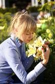 Ruiken een bloem — Stockfoto