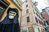 Figure with plague mask and costume in Venice — Foto de Stock