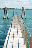 Small bridge over blue laguna water in Venice — Foto de Stock