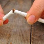 Female hands thin broken cigarette — Stock Photo