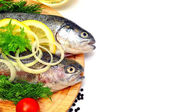 Rainbow trout with lemon and fresh vegetables — Stock Photo