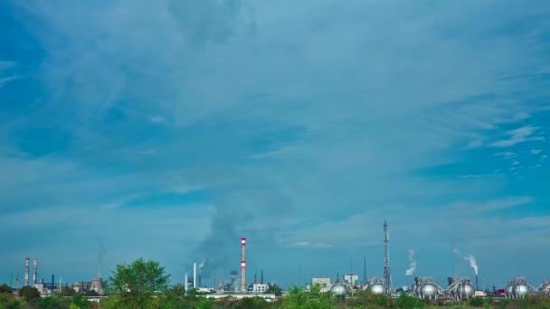 Timelapse tuberías de una planta de química envenenan el aire — Vídeo de stock