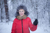 Portrait fun girl in winter forest — Stockfoto