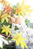 Chica en vestido blanco posando en el jardín — Foto de Stock