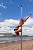Dívka, aby pól tanec v plavkách — Stock fotografie