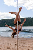 Chica hacen pole dance en traje de baño — Foto de Stock