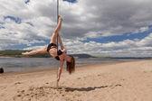 女孩在泳装的竹竿舞 — 图库照片