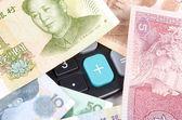 Rekenmachine en chinese munt — Stockfoto