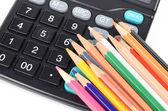 Hesap makinesi ve renkli kalemler — Stok fotoğraf