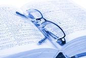 Kitap ve gözlük — Stok fotoğraf