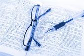 Βιβλίο και στυλό με γυαλιά — Φωτογραφία Αρχείου