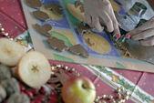 女人切割姜饼面团 — 图库照片