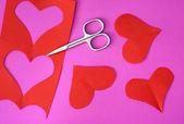 červené srdce vystřihněte nůžkami ustřihněte kovovou — Stock fotografie