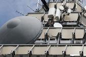 Torre de telecomunicaciones de microondas con antena parabólica — Foto de Stock