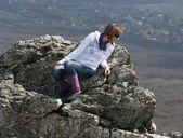 Young woman on cliff edge — Stock Photo