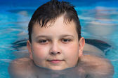 Young boy in swimming pool — Stok fotoğraf