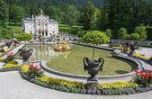 Schloss linderhof mit see, bayern, deutschland. touristen aus diff — Stockfoto