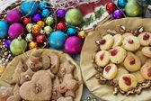 Christmas table with gingerbread cookies and decorative balls — ストック写真