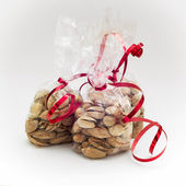 Pistachios in mini bags with red bows — Stock Photo