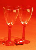 Red heart with two shiny wine glasses — Stock Photo