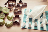 Piping bag set with cookie cutters and cups for cupcakes — Stock Photo