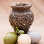 Three shiny easter eggs with ceramic vase — Stock Photo