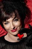 牵手微笑白种女人用红色的心 — 图库照片