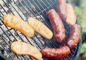 Smakelijke worst op een grill — Stockfoto