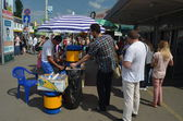 Vendor sell cold kvass in Kiev — 图库照片