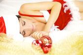 Mooie vrouwelijke santa claus tijdens kerstmis slapen — Stockfoto