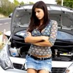 mooie vrouw triest met gebroken auto in het midden van de straat — Stockfoto