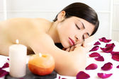 Beautiful woman relaxing sleeping naked during massage in spa — Stock Photo