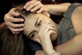 žena drží smutný depresi mladá žena — Stock fotografie