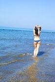 Pie de la hermosa modelo femenino italiano en el agua en la playa — Foto de Stock