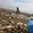 Terrible ecological disaster woman clean dirty beach — Foto de Stock