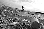 Ecological danger disaster on beach black and white — Stock Photo