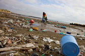 Terrible ecological disaster woman clean dirty beach — Foto Stock