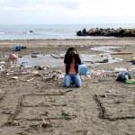 donna chiedendo aiuto contro l'inquinamento — Foto Stock