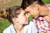 Par i kärlek tittar på varandra — Stockfoto