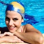 glad vacker kvinna i poolen med cap leende — Stockfoto