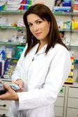 クライアントの支払いを行うクレジット カードでの薬剤師 — ストック写真