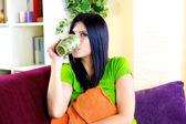 Glückliche frau entspannen, trinken kräutertee zu hause — Stockfoto