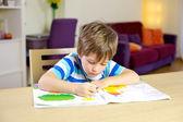 Małe dziecko co pisanie prac domowych — Zdjęcie stockowe