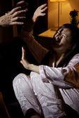 男を攻撃するアジアの妻を怖がらせた — ストック写真