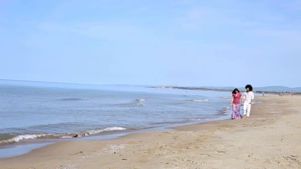 Pareja de vacaciones caminando por la playa — Vídeo de stock