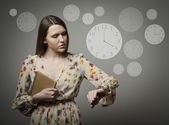 Young woman and wristwatch. 4 p.m. — Stock Photo