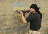 Man with gun — Стоковое фото