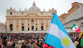 Crowd in St. Peter Square before Angelus of Pope Francis I — Stock Photo