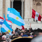 South american flag podczas modlitwy Anioł Pański Franciszka papież — Zdjęcie stockowe
