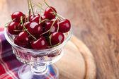 Skål med färska körsbär — Stockfoto